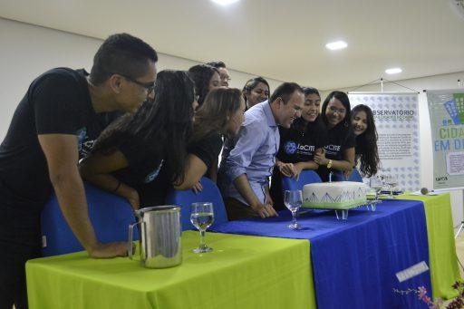 Professor Raniere ao centro juntamente com os estudantes.