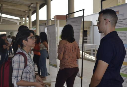 Professora do IFCE Raquel Lira e Jeferson Davi, acadêmico do curso de engenharia ambiental, na Mostra Cientifica do Simpósio.